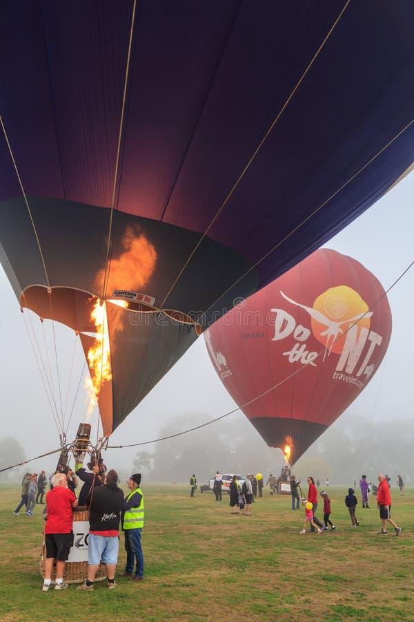 Ballonger för varm luft som blåsas upp med bristningar av flamman arkivbilder