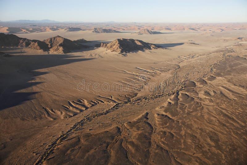 Ballonger för varm luft som landar på sanderna av den Sossusvlei öknen, arkivfoto