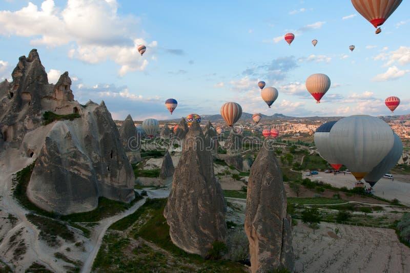 Ballonger för varm luft stiger över dalen, Turkiet arkivbild