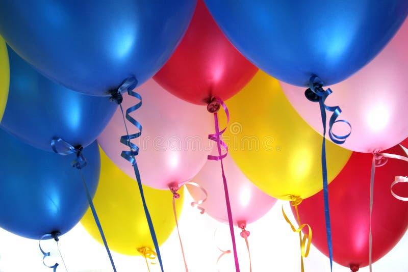 ballonger fyllde heliumdeltagaren royaltyfri fotografi