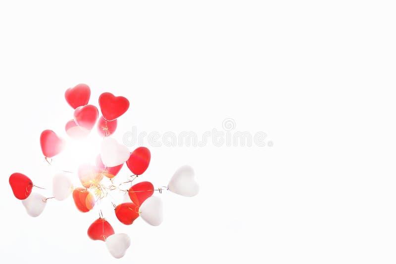 Ballonger i form av hjärta i himlen royaltyfria foton
