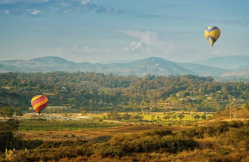 Ballonger lyfter av, Del Mar, Kalifornien royaltyfria bilder