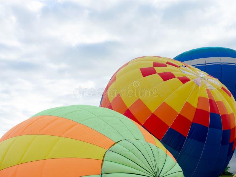Ballonger på marken Ballonger förbereder ballonger för flygning Flygteknik arkivbild