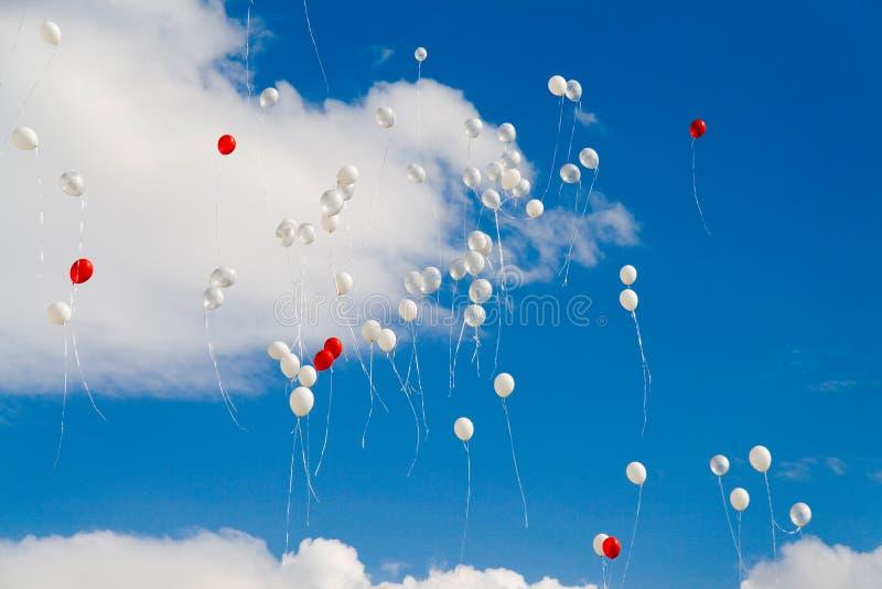 ballonger som flyger skyen till royaltyfria foton