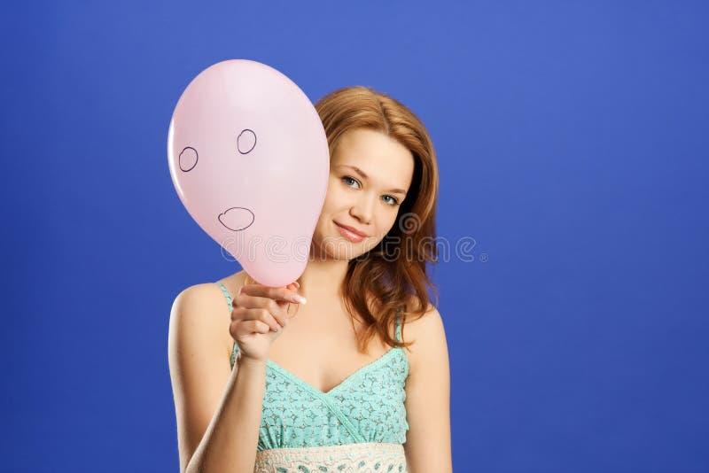 ballongflicka som rymmer pink förvånad royaltyfri foto