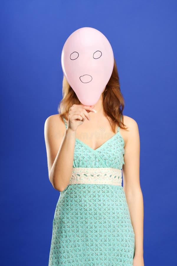 ballongflicka som rymmer pink förvånad royaltyfri bild