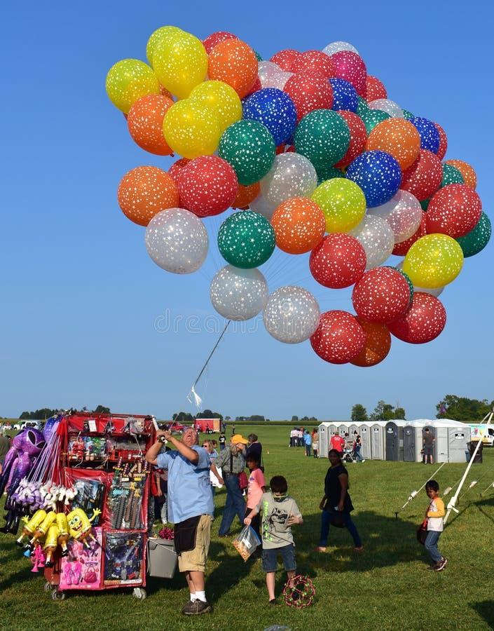 Ballongsäljare på festivalen för ballong för varm luft
