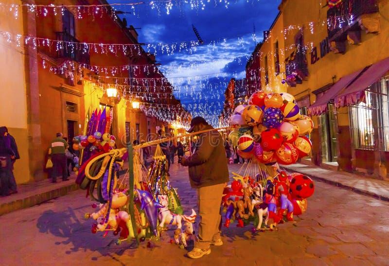 Ballongsäljaren shoppar natten San Miguel de Allende Mexico arkivbilder