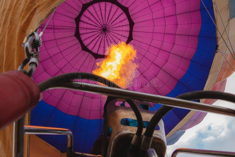 Ballongsikt från inre, brand från gasbrännaren En ritt f?r ballong f?r varm luft royaltyfria bilder