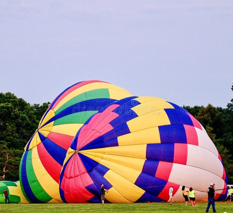 Ballons à air chauds étant gonflés avec l'air froid #1 photo stock