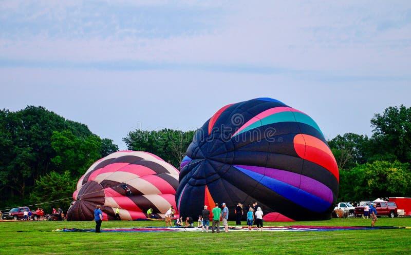 Ballons à air chauds étant gonflés avec l'air froid #2 photographie stock