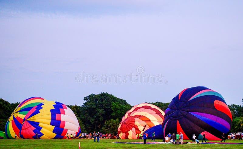Ballons à air chauds étant gonflés avec l'air froid #3 photos stock