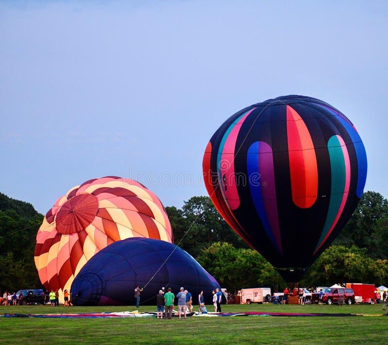 Ballons à air chauds étant gonflés avec l'air froid #4 image libre de droits