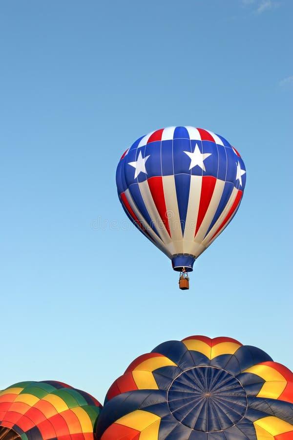 Ballons à air chauds - étoiles et pistes image stock
