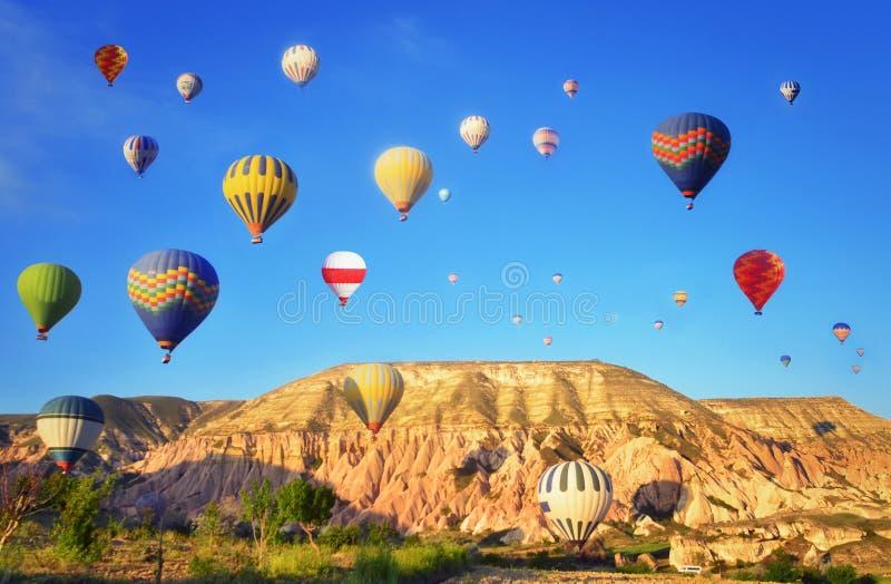 Ballons à air chauds colorés contre le ciel bleu photos stock