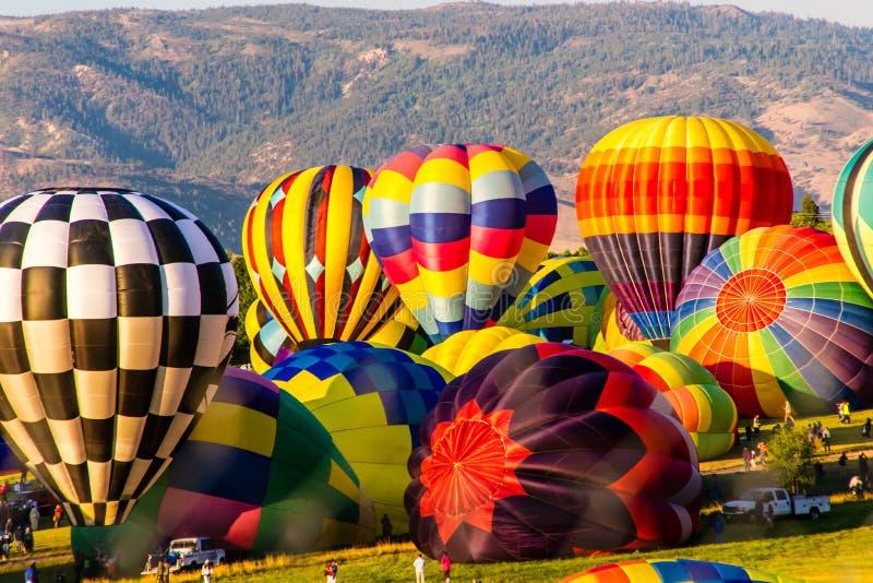 Ballons à air chauds colorés gonflant photographie stock libre de droits