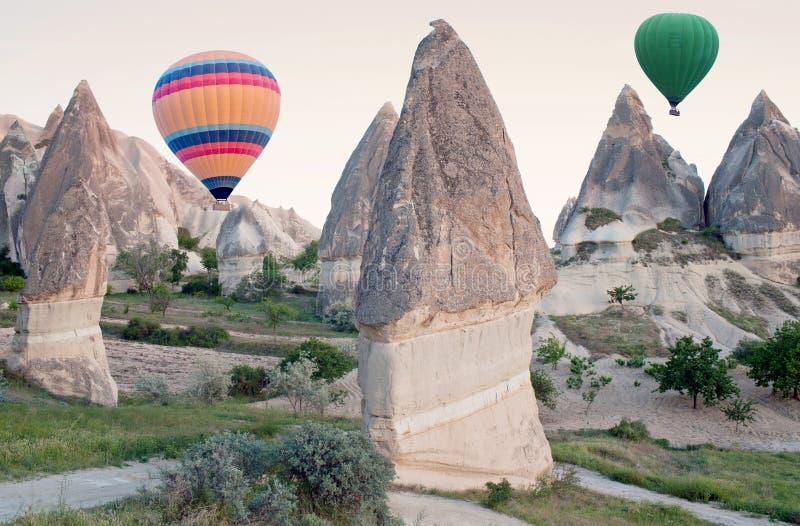Ballons à air chauds colorés volant au-dessus de Cappadocia, Turquie images libres de droits