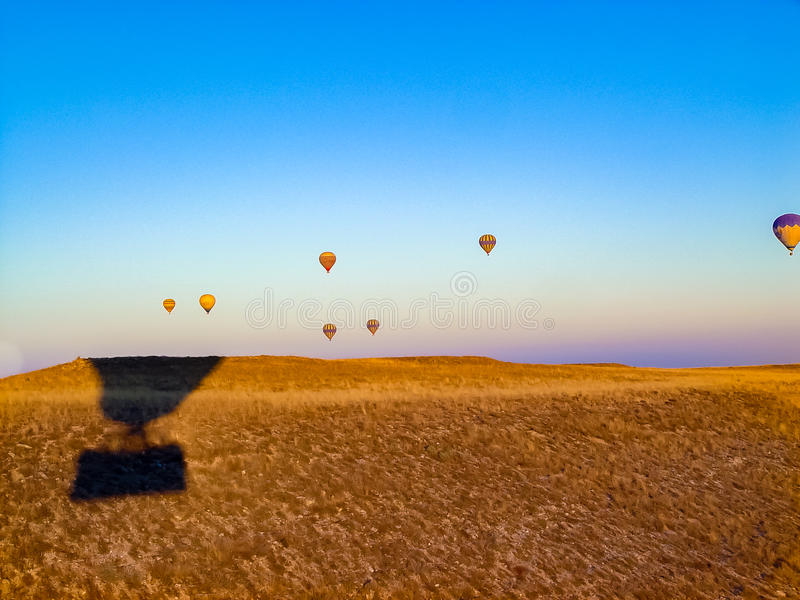 Ballons à air chauds colorés volant au-dessus de la vallée chez Cappadocia photographie stock