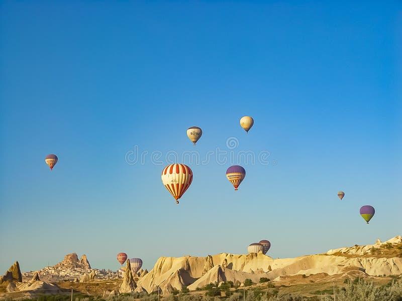 Ballons à air chauds colorés volant au-dessus de la vallée de Cappadocia photographie stock