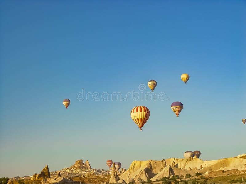 Ballons à air chauds colorés volant au-dessus de la vallée de Cappadocia image libre de droits