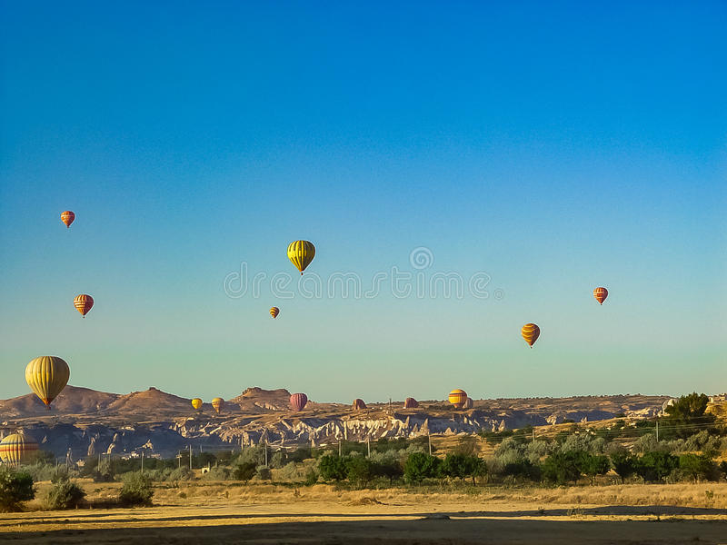 Ballons à air chauds colorés volant au-dessus de la vallée de Cappadocia photographie stock libre de droits