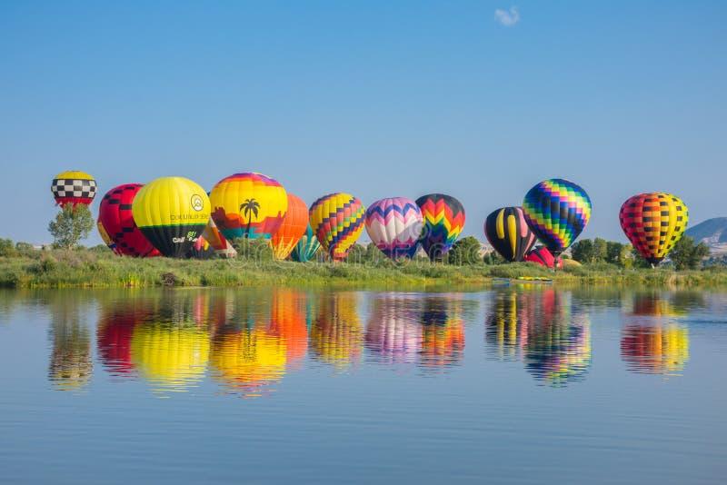 Ballons à air chauds dans le décollage de parc au loin photographie stock