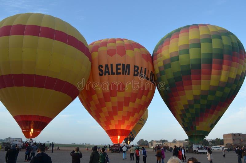 Ballons à air chauds gonflés sur la terre en Egypte photo stock