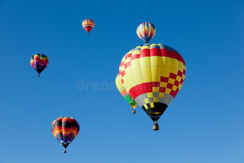 Ballons à air chauds le jour ensoleillé photographie stock
