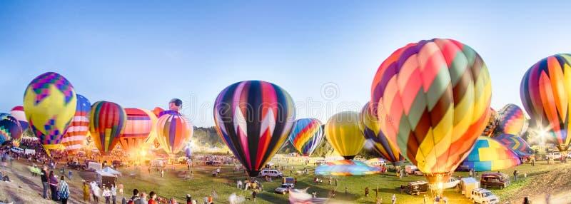Ballons à air chauds lumineux rougeoyant la nuit photographie stock libre de droits