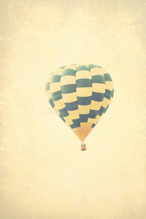 Ballons à air chauds texturisés de vintage en vol photo libre de droits