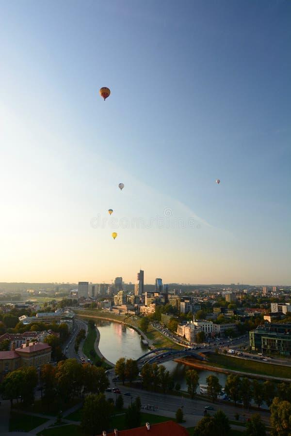 Ballons à air chauds volant au-dessus de la ville vilnius lithuania photographie stock libre de droits
