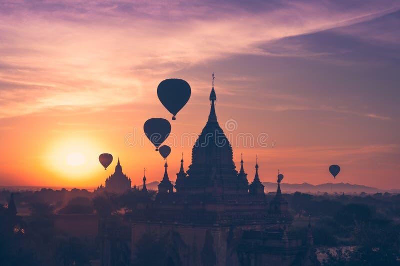 Ballons à air chauds volant au-dessus des temples bouddhistes chez Bagan myanmar images stock