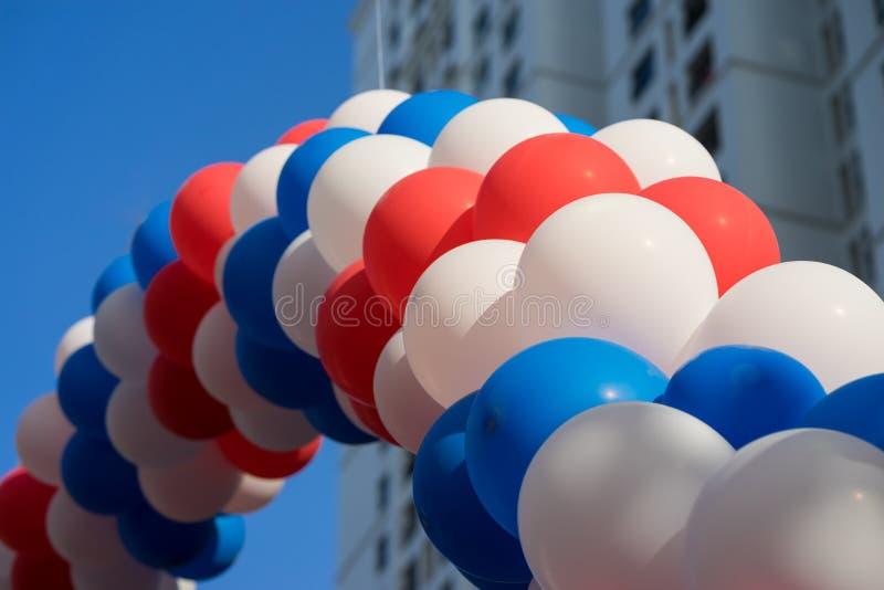 Ballons à air colorés sur le fond de ciel bleu images stock