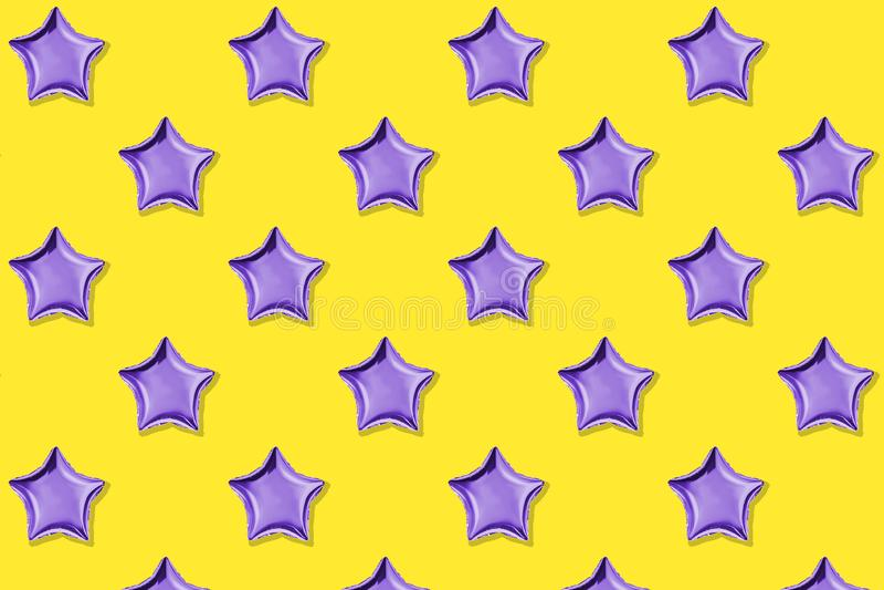 Ballons à air d'aluminium en forme d'étoile sur le fond bleu en pastel Composition de Minimalistic de ballon métallique C?l?brati photos stock
