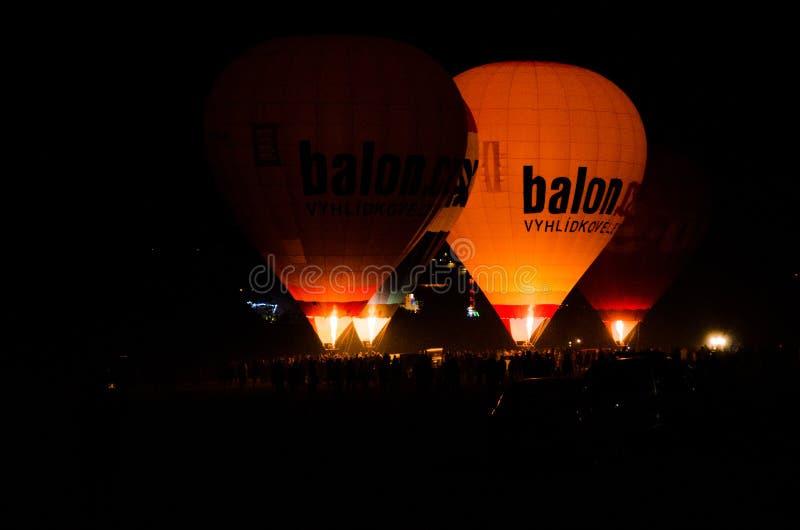 Ballons à air la nuit à Brno photographie stock libre de droits