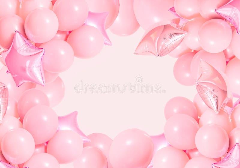 Ballons à air roses d'anniversaire sur le fond en bon état photos stock