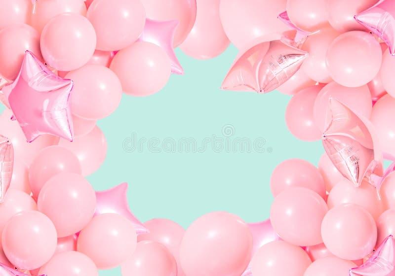 Ballons à air roses d'anniversaire sur le fond en bon état photographie stock