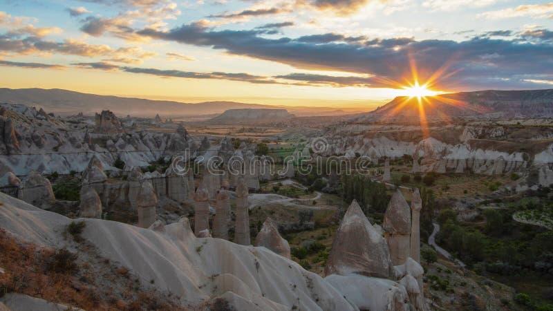 Ballons ? air chauds volant au-dessus de la vall?e de Cappadocia pendant le matin Province de Nevsehir La Turquie Vue de l'autre  photo stock