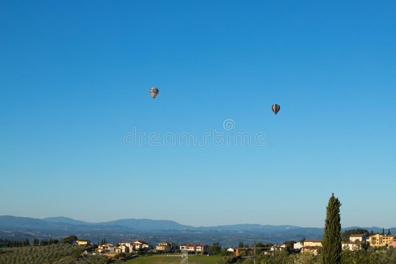 Ballons ? air chauds volant dans les collines de chianti, Toscane photos libres de droits