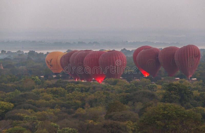 Ballons au-dessus de Tempels Bagan au lever de soleil photographie stock libre de droits