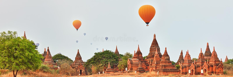 Ballons au-dessus des temples dans Bagan myanmar photos libres de droits