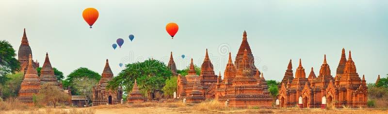 Ballons au-dessus des temples dans Bagan myanmar Panorama images libres de droits