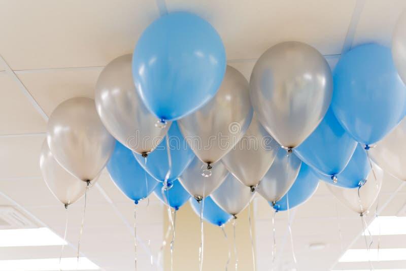 Ballons bleus et blancs dans le bureau Concept de Celebraty Backgound photographie stock