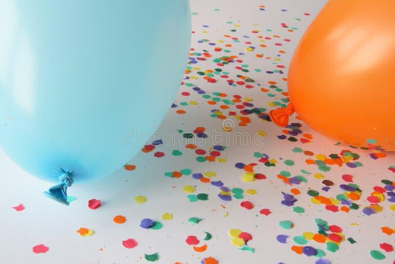 Ballons bleus et oranges avec des confettis image libre de droits