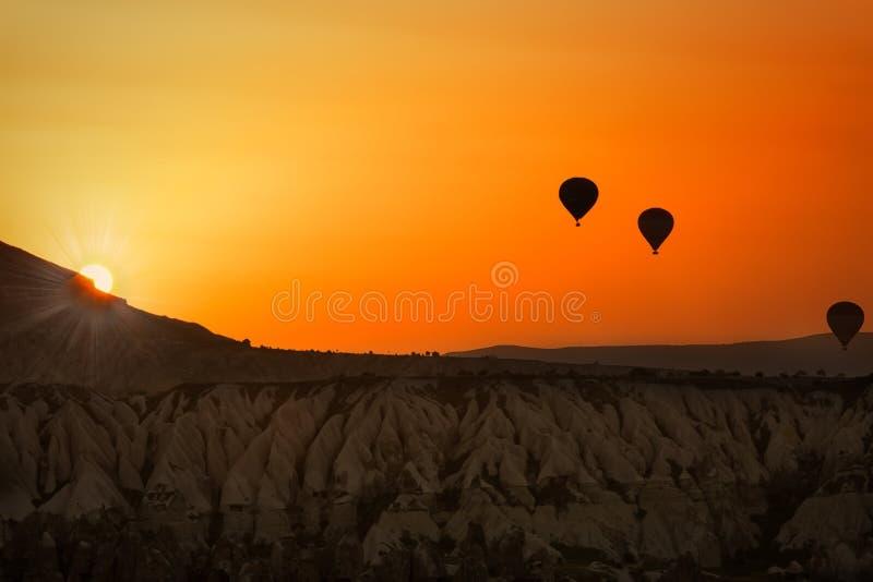 Ballons in Cappadocia bij zonsopgang royalty-vrije stock foto's
