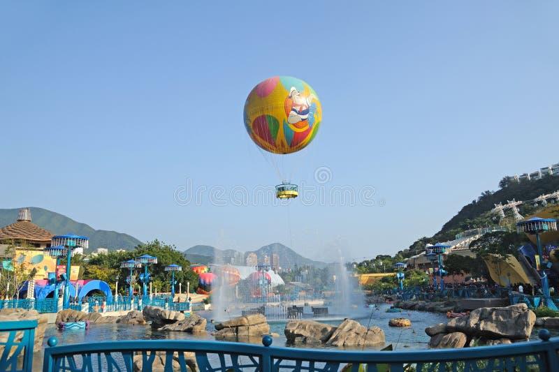 Ballons colorés au stationnement d'océan photographie stock libre de droits