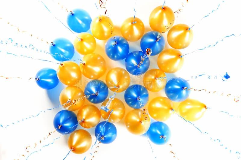 Ballons colorés avec les flammes d'or et bleues d'isolement sur le wh photographie stock libre de droits