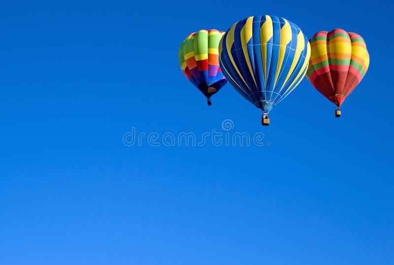 3 ballons colorés contre un ciel bleu de l'Utah photographie stock