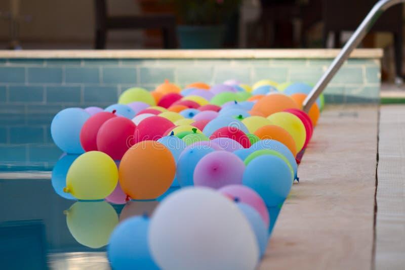 Ballons colorés dans la piscine image stock