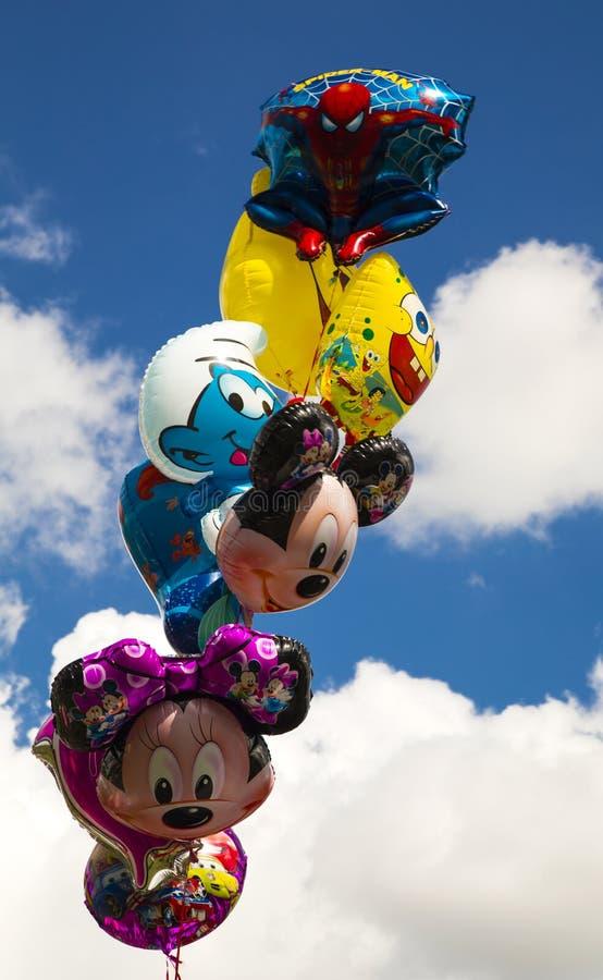 Ballons colorés dans le ciel photographie stock libre de droits